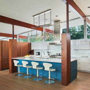 Idee per una cucina minimalista di medie dimensioni con ante lisce, ante bianche, top in marmo, paraspruzzi in marmo, parquet chiaro, lavello a doppia vasca, paraspruzzi bianco, elettrodomestici in acciaio inossidabile e pavimento marrone