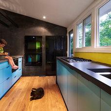 Midcentury Kitchen by KUBE architecture