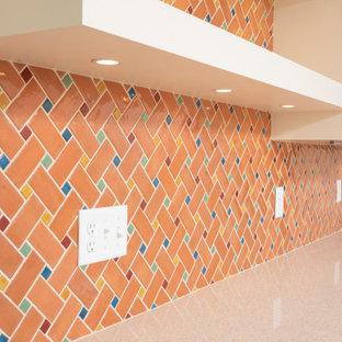 Einzeilige, Kleine Retro Küche ohne Insel mit Vorratsschrank, Schrankfronten im Shaker-Stil, weißen Schränken, Küchenrückwand in Orange, Rückwand aus Keramikfliesen, Küchengeräten aus Edelstahl, dunklem Holzboden, braunem Boden und gelber Arbeitsplatte in Minneapolis