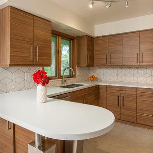 Ispirazione per una cucina design di medie dimensioni con lavello sottopiano, ante lisce, ante in legno scuro, top in superficie solida, paraspruzzi bianco, paraspruzzi con piastrelle in ceramica, elettrodomestici in acciaio inossidabile, pavimento in vinile e penisola