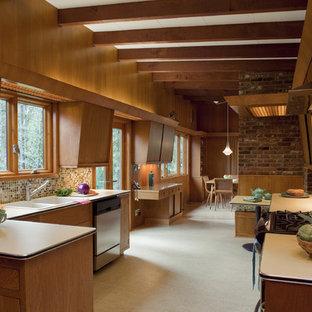 ポートランドの中くらいのミッドセンチュリースタイルのおしゃれなキッチン (モザイクタイルのキッチンパネル、ドロップインシンク、フラットパネル扉のキャビネット、中間色木目調キャビネット、ラミネートカウンター、マルチカラーのキッチンパネル、シルバーの調理設備、カーペット敷き、アイランドなし) の写真