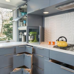 Geschlossene Retro Küche in U-Form mit Unterbauwaschbecken, flächenbündigen Schrankfronten, grauen Schränken, Quarzit-Arbeitsplatte, Küchenrückwand in Weiß, Rückwand aus Keramikfliesen, Küchengeräten aus Edelstahl und dunklem Holzboden in Boston
