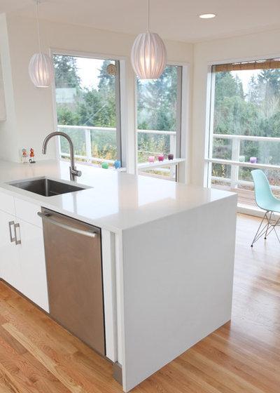 Midcentury Kitchen by ID by Gwen