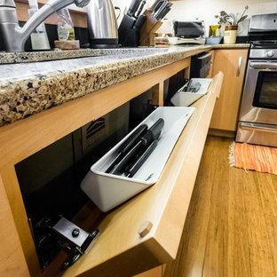 Свежая идея для дизайна: отдельная, п-образная кухня среднего размера в стиле ретро с врезной раковиной, плоскими фасадами, светлыми деревянными фасадами, столешницей из гранита, белым фартуком, фартуком из керамической плитки, техникой из нержавеющей стали, полом из бамбука и островом - отличное фото интерьера
