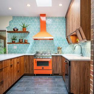 シンシナティの中くらいのミッドセンチュリースタイルのおしゃれなキッチン (シングルシンク、フラットパネル扉のキャビネット、クオーツストーンカウンター、セラミックタイルのキッチンパネル、カラー調理設備、セラミックタイルの床、黒い床、グレーのキッチンカウンター、濃色木目調キャビネット、青いキッチンパネル) の写真