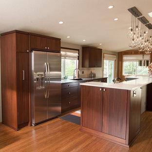 Exempel på ett mellanstort 60 tals flerfärgad linjärt flerfärgat kök och matrum, med en undermonterad diskho, släta luckor, skåp i mörkt trä, bänkskiva i kvarts, beige stänkskydd, stänkskydd i porslinskakel, rostfria vitvaror, mellanmörkt trägolv, en köksö och brunt golv