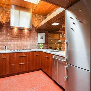 サンフランシスコの小さいモダンスタイルのおしゃれなキッチン (アンダーカウンターシンク、フラットパネル扉のキャビネット、中間色木目調キャビネット、クオーツストーンカウンター、茶色いキッチンパネル、レンガのキッチンパネル、シルバーの調理設備の、セラミックタイルの床、アイランドなし、茶色い床、白いキッチンカウンター) の写真