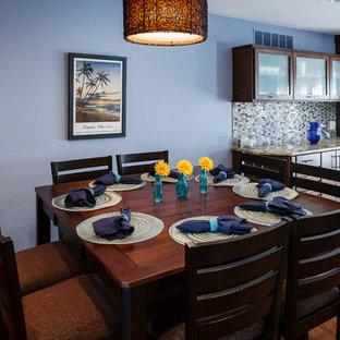 フィラデルフィアの中サイズのミッドセンチュリースタイルのおしゃれなキッチン (アンダーカウンターシンク、フラットパネル扉のキャビネット、中間色木目調キャビネット、大理石カウンター、マルチカラーのキッチンパネル、ガラスタイルのキッチンパネル、シルバーの調理設備、無垢フローリング) の写真