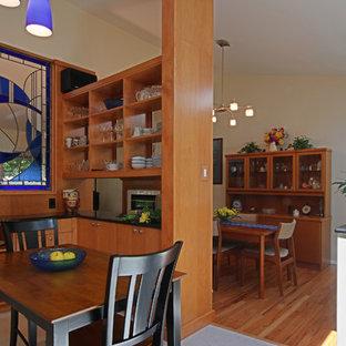 Idee per una cucina minimalista di medie dimensioni con lavello sottopiano, ante lisce, ante in legno chiaro, top in granito, paraspruzzi bianco, paraspruzzi con piastrelle in ceramica, elettrodomestici bianchi e pavimento in linoleum