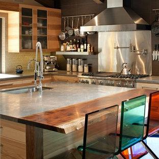 ロサンゼルスの中サイズのミッドセンチュリースタイルのおしゃれなキッチン (アンダーカウンターシンク、シェーカースタイル扉のキャビネット、中間色木目調キャビネット、黄色いキッチンパネル、ボーダータイルのキッチンパネル、シルバーの調理設備) の写真