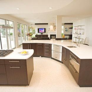 Offene, Mittelgroße Moderne Küche in L-Form mit Unterbauwaschbecken, flächenbündigen Schrankfronten, dunklen Holzschränken, Quarzwerkstein-Arbeitsplatte, Küchenrückwand in Weiß, Elektrogeräten mit Frontblende, Terrazzo-Boden und zwei Kücheninseln in Tampa