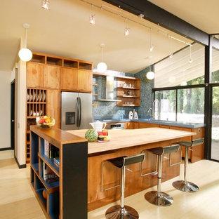サクラメントのモダンスタイルのおしゃれなキッチン (木材カウンター、オープンシェルフ、青いキッチンパネル、モザイクタイルのキッチンパネル、中間色木目調キャビネット) の写真