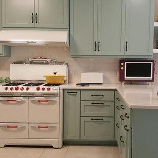 Inspiration för ett mellanstort 60 tals kök och matrum, med skåp i shakerstil, blå skåp, bänkskiva i kvartsit, vitt stänkskydd, stänkskydd i tunnelbanekakel, vita vitvaror, klinkergolv i keramik, en halv köksö och beiget golv