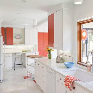 Diseño de cocina comedor en L, minimalista, pequeña, con salpicadero de azulejos tipo metro, salpicadero blanco, fregadero bajoencimera, armarios con paneles lisos, puertas de armario blancas, electrodomésticos blancos, encimera de cuarzo compacto, suelo de linóleo y suelo multicolor