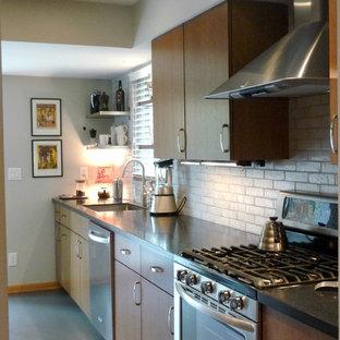 Inspiration för ett avskilt, mellanstort funkis parallellkök, med en enkel diskho, släta luckor, skåp i mellenmörkt trä, bänkskiva i koppar, vitt stänkskydd, stänkskydd i terrakottakakel, rostfria vitvaror och linoleumgolv