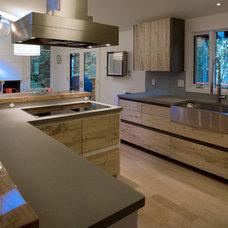 Midcentury Kitchen by 2fORM Architecture