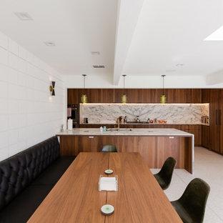 他の地域の広いミッドセンチュリースタイルのおしゃれなキッチン (アンダーカウンターシンク、フラットパネル扉のキャビネット、濃色木目調キャビネット、クオーツストーンカウンター、白いキッチンパネル、クオーツストーンのキッチンパネル、パネルと同色の調理設備、テラゾーの床、白い床、白いキッチンカウンター、表し梁) の写真