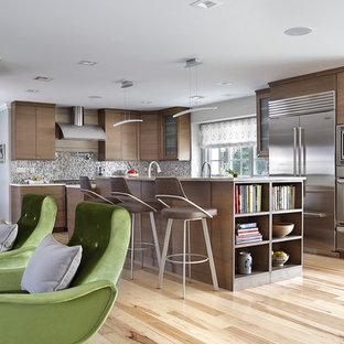 ニューヨークのミッドセンチュリースタイルのおしゃれなキッチン (フラットパネル扉のキャビネット、濃色木目調キャビネット、グレーのキッチンパネル、モザイクタイルのキッチンパネル、シルバーの調理設備、淡色無垢フローリング、ベージュの床、ベージュのキッチンカウンター) の写真