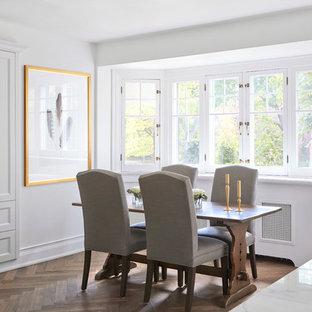 Ispirazione per una grande cucina tradizionale con ante a persiana, ante bianche, top in granito, pavimento in legno massello medio, isola e pavimento marrone