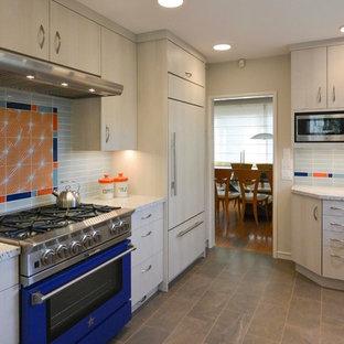 Geschlossene, Mittelgroße Retro Küche in U-Form mit Landhausspüle, flächenbündigen Schrankfronten, beigen Schränken, Quarzwerkstein-Arbeitsplatte, Küchenrückwand in Blau, Rückwand aus Keramikfliesen, bunten Elektrogeräten, Porzellan-Bodenfliesen und Halbinsel in San Francisco