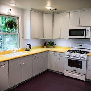 Стильный дизайн: отдельная, п-образная кухня среднего размера в стиле ретро с врезной раковиной, плоскими фасадами, белыми фасадами, столешницей из ламината, белым фартуком, белой техникой, полом из линолеума и фиолетовым полом - последний тренд