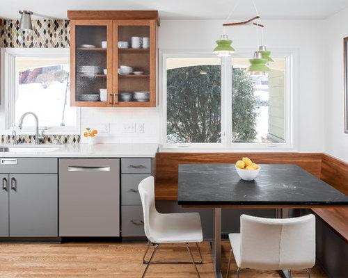 cuisine avec des portes de placard en bois brun et un placard porte vitr e photos et id es. Black Bedroom Furniture Sets. Home Design Ideas