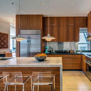 Mid Sized Midcentury Modern L Shaped Light Wood Floor Eat In Kitchen Photo