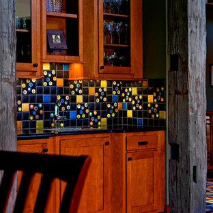Einzeilige, Mittelgroße Mid-Century Küche mit Waschbecken, Schrankfronten im Shaker-Stil, braunen Schränken, Granit-Arbeitsplatte, bunter Rückwand, Rückwand aus Keramikfliesen, Keramikboden, buntem Boden und schwarzer Arbeitsplatte in Detroit