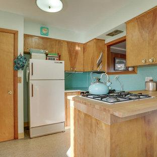 Esempio di una cucina moderna di medie dimensioni con lavello da incasso, ante lisce, ante in legno chiaro, top in laminato, paraspruzzi blu, elettrodomestici bianchi, pavimento in linoleum, penisola e pavimento turchese