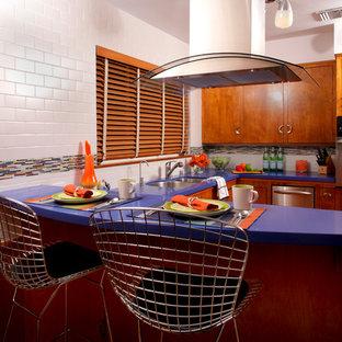 Idee per una cucina moderna di medie dimensioni con lavello a doppia vasca, ante lisce, ante in legno scuro, top in quarzite, paraspruzzi bianco, paraspruzzi con piastrelle diamantate, elettrodomestici in acciaio inossidabile, pavimento in sughero, penisola, pavimento marrone e top viola