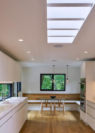 Fresh Midcentury Kitchen by MATHISON MATHISON ARCHITECTS
