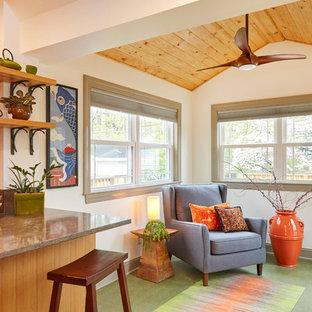 Idéer för ett avskilt, litet 60 tals grå l-kök, med en undermonterad diskho, släta luckor, skåp i ljust trä, bänkskiva i kvarts, stänkskydd med metallisk yta, stänkskydd i porslinskakel, rostfria vitvaror, linoleumgolv och grönt golv