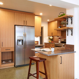 Photo of a small midcentury l-shaped separate kitchen in Louisville with an undermount sink, flat-panel cabinets, light wood cabinets, quartz benchtops, metallic splashback, porcelain splashback, stainless steel appliances, linoleum floors, no island, green floor and grey benchtop.