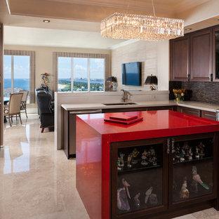 Mittelgroße Moderne Wohnküche in U-Form mit profilierten Schrankfronten, dunklen Holzschränken, Küchenrückwand in Braun, Küchengeräten aus Edelstahl, Unterbauwaschbecken, Quarzwerkstein-Arbeitsplatte, Marmorboden, Kücheninsel, beigem Boden und roter Arbeitsplatte in Miami