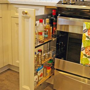 トロントの小さいミッドセンチュリースタイルのおしゃれなキッチン (アンダーカウンターシンク、シェーカースタイル扉のキャビネット、ベージュのキャビネット、クオーツストーンカウンター、白いキッチンパネル、セラミックタイルのキッチンパネル、シルバーの調理設備、クッションフロア、茶色い床、グレーのキッチンカウンター) の写真