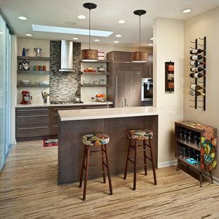 他の地域のエクレクティックスタイルのおしゃれなキッチン (フラットパネル扉のキャビネット、濃色木目調キャビネット、茶色いキッチンパネル、ボーダータイルのキッチンパネル、パネルと同色の調理設備) の写真