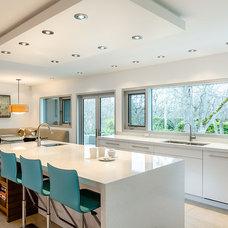 Contemporary Kitchen by Maximilian Huxley Construction