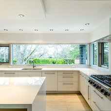 Contemporary Kitchen by Maximilian Huxley Construction