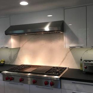 他の地域の大きいおしゃれなキッチン (フラットパネル扉のキャビネット、白いキャビネット、ラミネートカウンター、白いキッチンパネル、磁器タイルのキッチンパネル、シルバーの調理設備の、リノリウムの床、紫の床) の写真