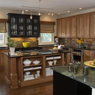 アトランタの大きいエクレクティックスタイルのおしゃれなキッチン (アンダーカウンターシンク、シェーカースタイル扉のキャビネット、中間色木目調キャビネット、大理石カウンター、マルチカラーのキッチンパネル、スレートの床、シルバーの調理設備の、無垢フローリング、マルチカラーのキッチンカウンター) の写真