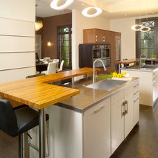 Modern Kitchen by CSI Kitchen & Bath Studio