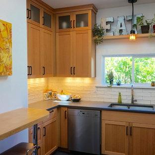 Esempio di una piccola cucina ad U minimalista chiusa con lavello sottopiano, ante in stile shaker, ante in legno chiaro, top in cemento, paraspruzzi bianco, paraspruzzi con piastrelle in ceramica, elettrodomestici in acciaio inossidabile, pavimento in linoleum e nessuna isola
