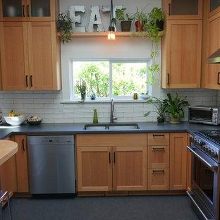 ポートランドの小さいモダンスタイルのおしゃれなキッチン (アンダーカウンターシンク、シェーカースタイル扉のキャビネット、淡色木目調キャビネット、コンクリートカウンター、白いキッチンパネル、セラミックタイルのキッチンパネル、シルバーの調理設備、リノリウムの床、アイランドなし) の写真