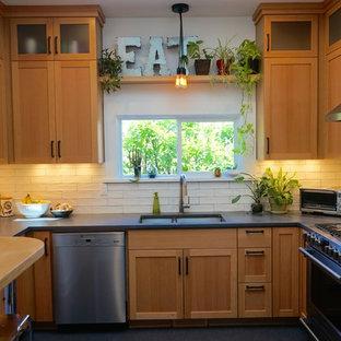 Inspiration pour une petite cuisine rustique en U fermée avec un évier encastré, un placard à porte shaker, des portes de placard en bois clair, un plan de travail en béton, une crédence blanche, une crédence en carreau de céramique, un électroménager en acier inoxydable, un sol en linoléum et aucun îlot.