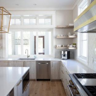 マイアミの広いビーチスタイルのおしゃれなキッチン (ドロップインシンク、フラットパネル扉のキャビネット、淡色木目調キャビネット、珪岩カウンター、白いキッチンパネル、セラミックタイルのキッチンパネル、パネルと同色の調理設備、淡色無垢フローリング、ベージュの床、白いキッチンカウンター、折り上げ天井) の写真