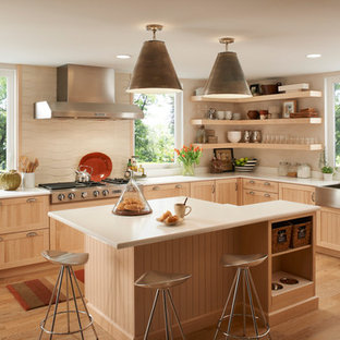 Свежая идея для дизайна: кухня в современном стиле с раковиной в стиле кантри, открытыми фасадами и светлыми деревянными фасадами - отличное фото интерьера