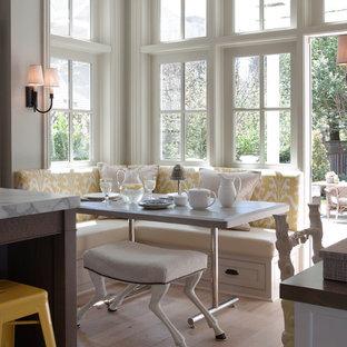 Идея дизайна: кухня в классическом стиле с обеденным столом и мраморной столешницей