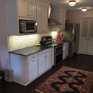 他の地域の小さいエクレクティックスタイルのおしゃれなキッチン (アンダーカウンターシンク、レイズドパネル扉のキャビネット、白いキャビネット、クオーツストーンカウンター、白いキッチンパネル、大理石の床、シルバーの調理設備の、磁器タイルの床、アイランドなし、茶色い床、青いキッチンカウンター) の写真