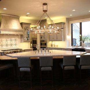 Geräumige Eklektische Wohnküche in L-Form mit Kupfer-Arbeitsplatte, Küchenrückwand in Metallic und Kücheninsel in Kansas City