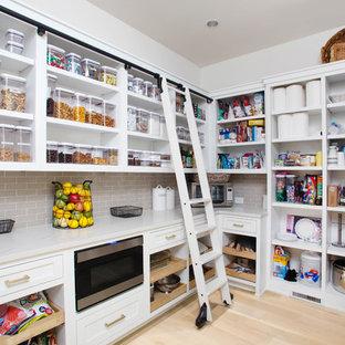 Inspiration för ett vintage vit vitt kök, med öppna hyllor, vita skåp, grått stänkskydd, stänkskydd i tunnelbanekakel, ljust trägolv och beiget golv